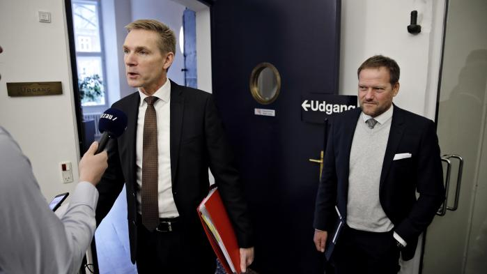 Vinderen i parløbet med S er selvfølgelig DF, som netop har indgået en pensionsaftale med regeringen. Heri bliver den præmiering, udlændinge modtager for at lære sig dansk, forringet, hvilket bidrager med sølle fem millioner til aftalen. Det kan åbenbart ikke blive småligt nok.