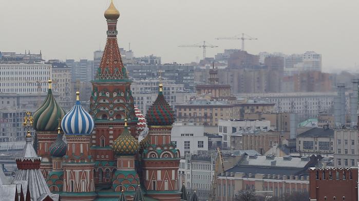 Kritisk journalistik er under så stort et pres i Rusland, at 15 russiske journalister har taget konsekvensen og er flyttet fra Moskva til Letland for at starte det uafhængige medie Meduza. De frie medier udgør en meget lille del af mediebilledet, siger medredaktør Aleksandr Polivanov
