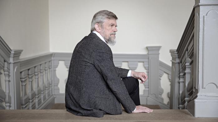 Roskildes biskop, Peter Fischer-Møller, lytter eftertænksomt til de mange teologiske argumenter, der fyger i den kirkestrid, der har ramt hans stift. Hører biskoppen også vrinskende lyde fra heste?