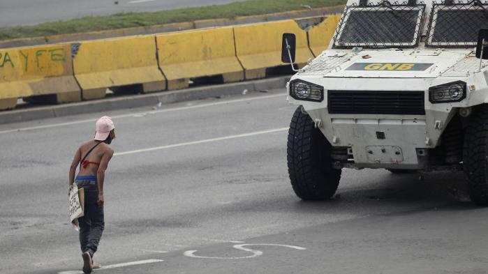 Der er massive protester mod regeringen i gaderne i Venezuelas hovedstad Caracas – her er det en demonstrant den 19. juni. Samtidig har en række mellemamerikanske lande nu også udtalt kritik af styret og præsident Maduro.