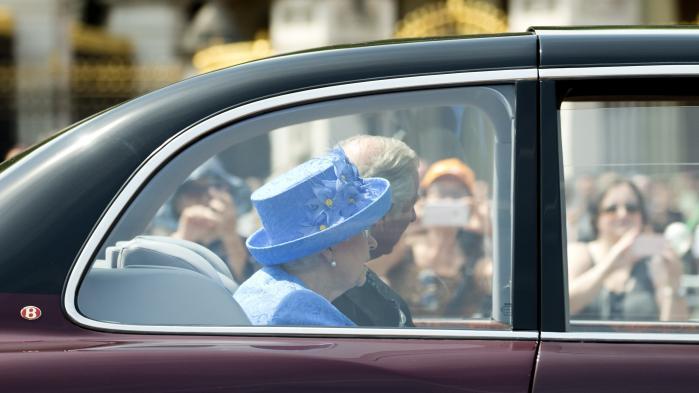 Man tør godt give Bruxelles skylden for alverdens dårligdomme, så længe Unionen står stærkt, men når Brexit pludselig truer EU's eksistens, støtter folket op. De allermest entusiastiske køber en hættetrøje – eller ifører sig en blå hat