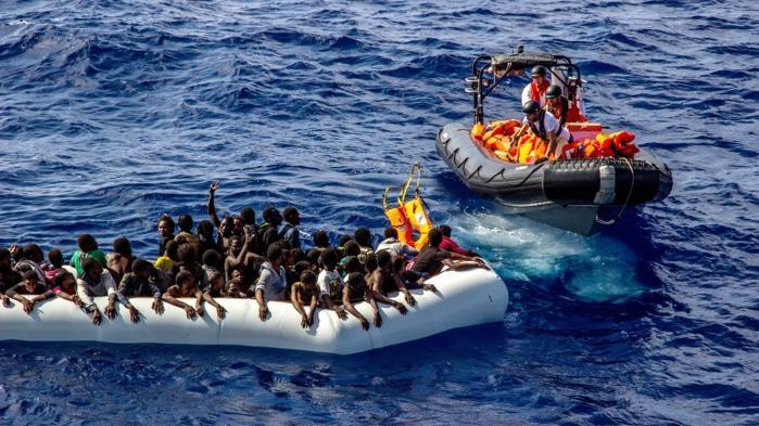 Sidste år reddede frivillige en tredjedel af de 180.000 bådflygtninge, som ankom til Italien. I år er der foreløbig kommet 72.000 ad søvejen, og igen har NGO'erne reddet omkring en tredjedel. Her er det Læger Uden Grænser under en redningsaktion i oktober.