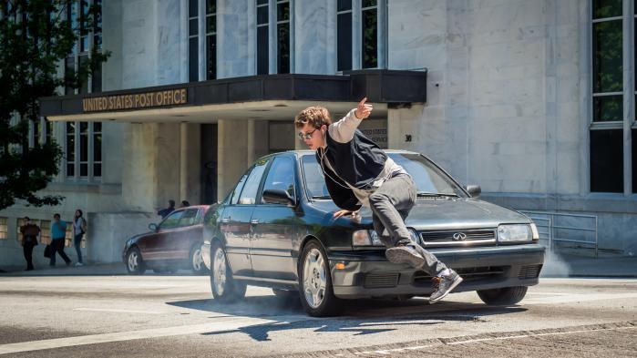 Baby (Ansel Elgort) nærmest danser sig igennem en af de mere tempofyldte scener i Edgar Wrights kupfilm, 'Baby Driver'. Foto: UIP
