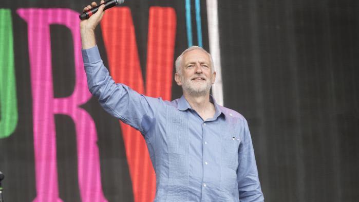 Labour-formand Jeremy Corbyn talte til Glastonbury-festivalen. Det er lykkedes for partiet at gøre katastrofen med det nedbrændte Grenfell-højhus politisk – som symbol på ulighed og forskelsbehandling i samfundet. Foto: Polaris