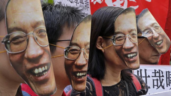 Det demokratiske manifest Charter 08 sendte Liu Xiaobo i fængsel. Det blev i første omgang underskrevet af mere end 350 kinesiske intellektuelle, advokater og menneskerettighedsaktivister, der dengang vurderede, at de ved at stå sammen havde sikret sig mod partistatens vrede. Den vurdering var — set i bagklogskabens lys — lige lovlig optimistisk