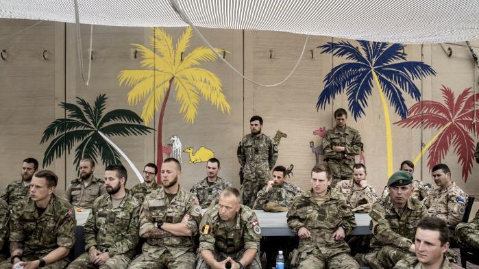 Danske soldater på Al-Asad Air Base i Irak i forbindelse med besøg af bl.a. forsvarsminister Claus Hjort Frederiksen. Det er bare få uger før, at soldaterne indberetter deres mistanke om tortur på basen.