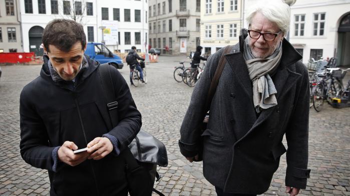 Forfatter Aydin Soei sammen med Tiderne Skifters forlægger Claus Clausen på vej til Københavns Byret. Ifølge Aydin Soei er Claus Clausen, der er stævnet af Gyldendal for flere millioner i manglende royalty til forfattere, en af de dygtigste forlæggere i Danmark.