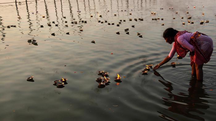 Nye forholdsregler, der sikrer naturen en række rettigheder, så økosystemerne kan forblive intakte og uforstyrrede af menneskelig indgriben, bliver vedtaget for tiden. F.eks. har floden Whanganui i New Zealand fået tildelt rettigheder, der minder om menneskerettigheder, og i Indien forsøger man at redde Ganges (på billedet) ved at give floden juridiske rettigheder, der skal beskytte den mod forurening.