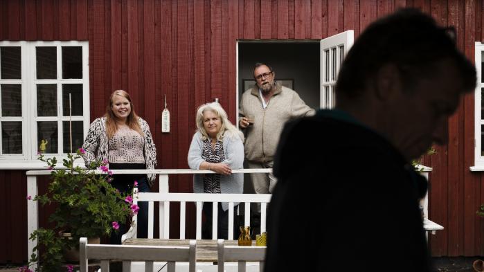Jórun Magnussen er uddannet pædagog, psyko- og familieterapeut. Hun og manden Klaus Toke Madsen var først plejefamilie. Men da der kom stadig flere børn og unge til, konverterede de rødstensvillaen til et opholdssted. Det er knap 30 år siden, og i dag drives Home som en fond med ni ansatte og plads til syv anbragte unge piger i alderen 12 til 22.