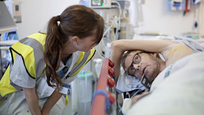 En patient skal have lagt et dræn, for han har punkteret sin lunge. Det er sket syv-otte gange før, siger han.