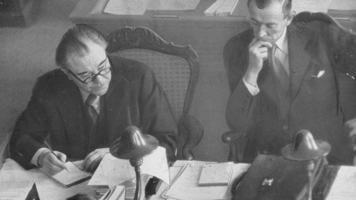 Statsminister Hans Hedtoft og udenrigsminister Gustav Rasmussen under Atlantpagt-debat i Folketinget. Hedtoft kæmpede hårdt for at forhindre, at Danmark trådte ind i NATO, men måtte til sidst give op, efter at Norge tiltrådte forsvarspagten.