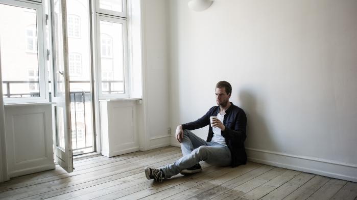 'Jeg ser mig selv udefra: Her står en 36-årig mand i sin stue med en mobiltelefon i hånden og en underlig følelse af, at noget er slut, uden at noget andet helt er begyndt,' skriver Rasmus Bo Sørensen i denne klumme.
