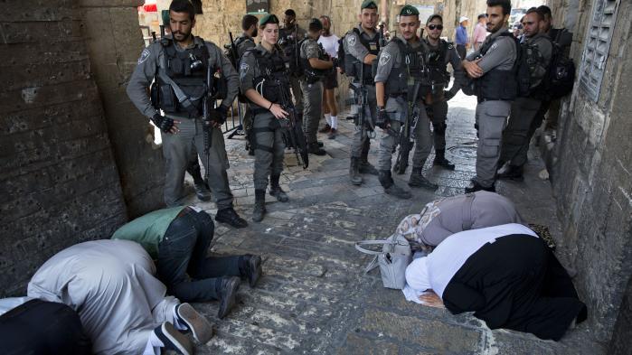Israelske sikkerhedsstyrker sattei forrige uge metaldetektorer op ved området omkring moskéen al-Aqsa i Østjerusalem. Siden har muslimske palæstinensere nægtet at benytte dem, og i stedet bedt ude på gaderne omkring moskeen.