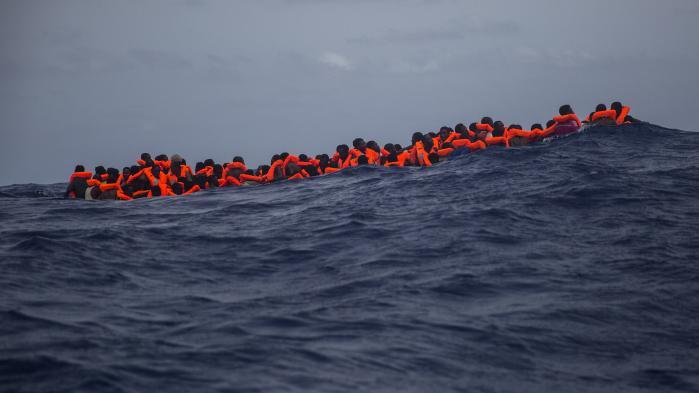 Afrikanere venter på at blive samlet op af redningsarbejdere i Middelhavet ud for Spanien. Flygtningekrisen er blevet EU's dæmon, mener den bulgarske samfundsforsker Ivan Krastev: Det europæiske projekt bygger på beskyttelse af mindretal, men den definerende politiske bevægelse i Europa er beskyttelsen af flertallet mod mindretal.