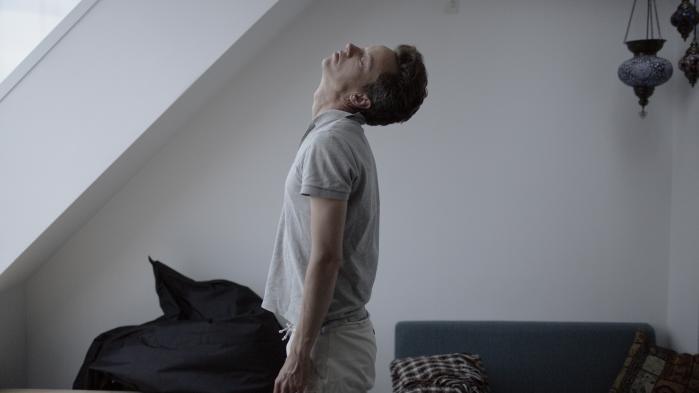 Anders Haarhr står op omkring klokken 5.30. Han begynder dagen med et par kopper varmt vand, som han drikker i sengen. Derefter laver han strækøvelser: en blanding af rygøvelser, yogastillinger og udstræk.
