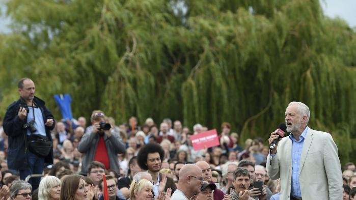 Labours leder, Jeremy Corbyn, taler til vælgere ved et arrangement for nyligt i Milton Keynes. Partiets leder inviterede i marts initiativtageren til Cleveland-modellen, Ted Howard, til at tale på en kongres omkring ideer for en ny økonomi, der gavner samfundet mere bredt, og i partiets valgprogram, som udsendtes op til lynvalget i juni, indgik flere elementer fra Cleveland-modellen.