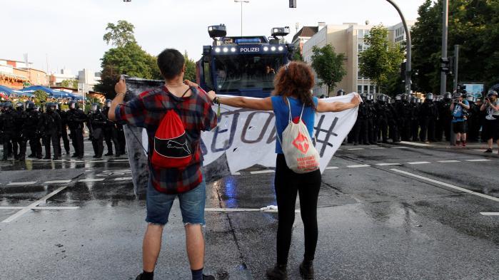 'Helst vil jeg iføre mig boafjer! Helst vil jeg danse! … men sådan er det bare ikke i min protestbevægelse. I min protestbevægelse er vi ikke nået dertil endnu. Vi har ingen sejre at fejre. Ingen. I min protestbevægelse fylder gummikuglerne, tåregassen og vandkanonerne stadig alt for meget.'
