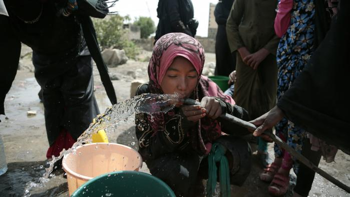 En pige drikker vand fra en brønd, som er mistænkt for at indeholde kolera-bakterier, i udkanten af Sana'a. Yemen lider lige nu under et af de værste koleraudbrud i nyere tid med over 1.700 døde og omkring 320.000 smittede.