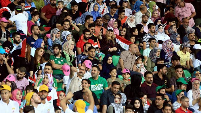 60.000 ellevilde tilskuere var mødt op på Basra Stadion for at se det irakiske landshold spille mod en udvalgt hold af tidligere internationale fodboldstjerne, og under kampens 90 minutter var alle etniske og politiske striddigheder glemt.