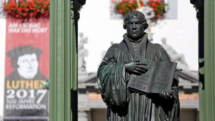 I år fejres Martin Luther i forbindelse med 500-året for Reformationen. Men ifølge dagens kronikør var han ikke den folkehelt, mange forbinder ham med. F.eks. fastslog han, at »en kristen skal være sådan beskaffen, at han finder sig i alskens ondskab og uret. Han må ikke tage sig selv til rette – heller ikke ved domstolene«. For »den, der gør modstand mod statsmagten, gør modstand mod Guds ordning«.