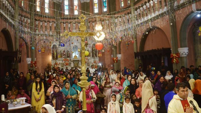 FN's Torturkomité kritiserer Flygtningenævnet for at afvise Gulfam Inayats asylsag. Gulfam Inayat hævder, at han var en del af det kristne mindretal i Pakistans Punjab-provins, som på billedet er samlet til jul. Ifølge Gulfam Inayat er han blevet opsøgt, slået, anholdt og torteret for at prædike om sin 'falske gud'. I behandlingen af asylsagen i Danmark undlod Flygtningenævnet at undersøge, om at han rent faktisk var blevet torteret, fordi nævnet anså forklaringen som 'konstrueret til lejligheden'. Men det burde nævnet have undersøgt nærmere, konkluderer FN