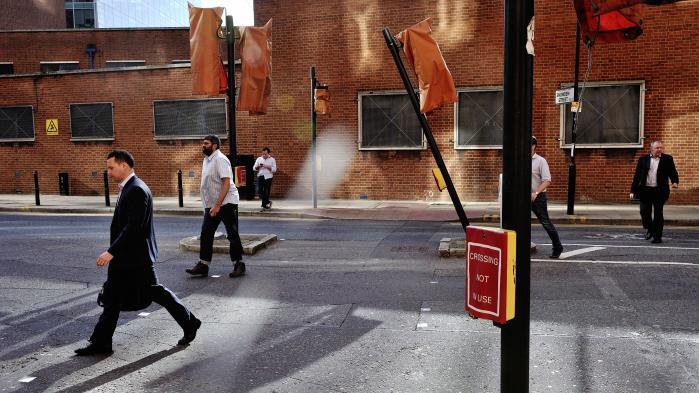 Ifølge Mette Frederiksen hænger londonere – som disse, der krydser en gade i bydelen Shoreditch – ikke sammen.
