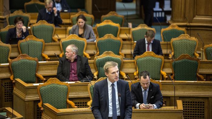 Dansk Folkeparti står i midten af dansk politik, men de følger ikke midterpartiets logik. De vil ikke løse fælles problemer med et bredt kompromis. Deres logik er tværtimod det konstante overbud