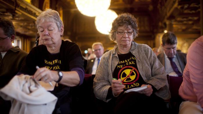 Det var planlagt at finde et slutdepot for det danske atomaffald, men nu skal affaldet blive på Risø de næste 30-50 år. På den måde får kritiske borgergrupper opfyldt deres krav om et mellemlager, selv om ordet 'mellemlager' ikke optræder i den Søren Pinds pressemeddelelse.