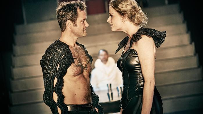 På Odense Teater er den svære balance mellem Macbeth og hans Lady ramt perfekt med masser af liderlighed og griskhed mellem Claus Riis Østergaard og Marie Dalsgaard i den blodrige Shakespeare-fortolkning.