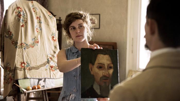 Sprudlende Carla Juri spiller maleren Paula, der ikke sådan lader sig kue af tidens krav om realisme og præcision i Christian Schwochows portrætfilm, 'Paula'. Foto: Filmbazar.