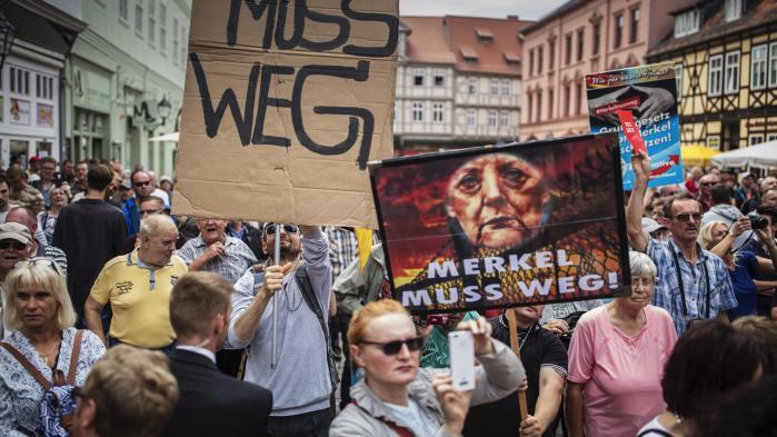 Man kan fint tage afstand fra både AfD og de pøbelagtige protester mod Merkel og samtidig kritisere hendes overfladiske succes,der skjuler et indholdsmæssigt og retningsløst vakuum, mener den økonomiske journalist Philip Plickert, der står bag en kritisk antologi om Merkel.