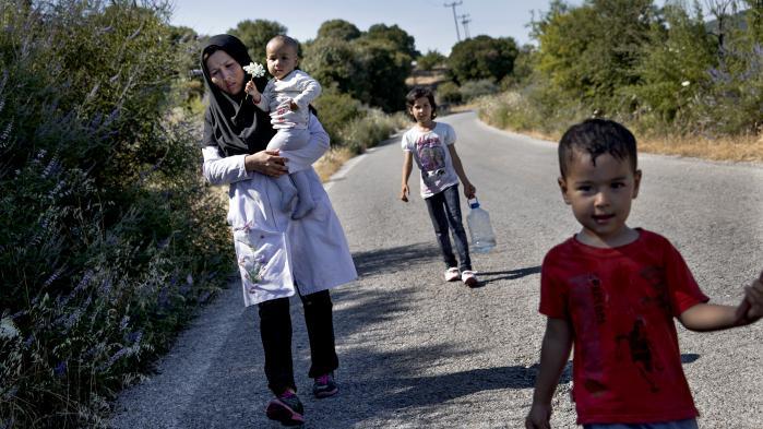Venstres og Socialdemokratiets ungdomspartier trodser deres moderpartier i spørgsmålet om, hvorvidt Danmark skal tage imod kvoteflygtninge. Hos VU mener formand, Jakob Sabroe, at sammenlignet med spontane asylansøgninger giver kvoteflygtninge Danmark bedre muligheder for at håndplukke asylansøgere.