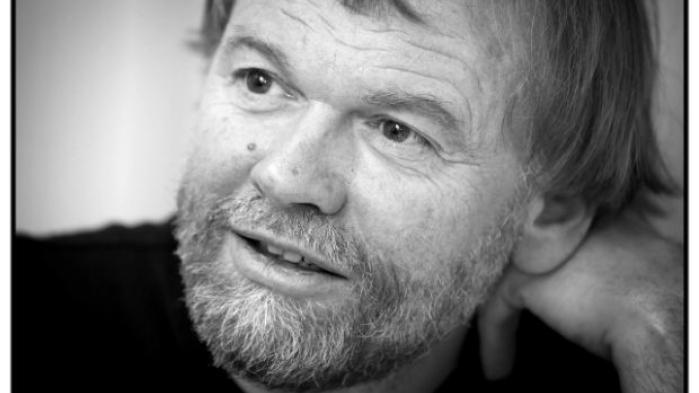 Jostein Gaarder er engageret i miljøaktivisme, og han er én af medsagsøgerne i en sag, der begynder i november, ført af Greenpeace og organisationen Natur og Ungdom mod den norske stat og dens åbning af nye oliefelter i Barentshavet i Arktis.