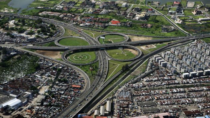 Det kunne ligne en europæisk havneby, men faktisk er det Nigerias hovedstad, Lagos. Det folke- og olierige Nigeria har oplevet stor økonomisk vækst og har brug for infrastruktur af netop den art, som danske pensionskasser og AP Møller Holding vil bygge i Afrika.