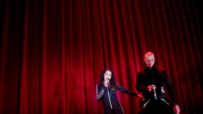 Natasja havde for vane at sparke døre ind. Og mange af sangene på I Danmark er jeg født har en efterklang af flækkede dørkarme. Her ses hun ved en koncertmed Bikstok Røgsystem.