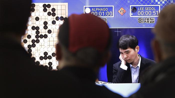 Der findes allerede eksempler på en ny generation af selvlærende computere – den slags udvikles bl.a. af Googles AI-division, DeepMind – der kan tage ved lære af de fejl, de begår. Hvordan denne evne kommer til udfoldelse, har vi indtil videre kun set i videospil og brætspillet Go, men det er kun et spørgsmål om tid, før den vil brede sig til andre platforme. Billedet er fra 2016 og viser den sydkoreanske professionelle Go-spiller Lee Sedol spille mod Google DeepMinds AlphaGo. Sedol tabte.