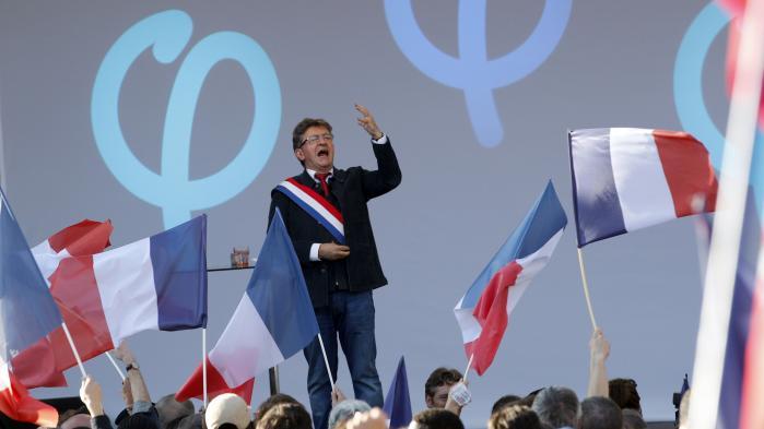 Jean Luc Mélenchon taler til demonstranter i Paris lørdag imod præsident Macrons nye arbejdsmarkesloven. Blandt andet belærte Mélenchon præsidenten om Gadens indflydelse på politik op igennem den franske historie.