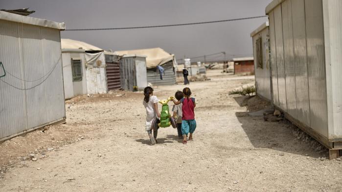 En gruppe børn leger i en flygtningelejr i Jordan. De Radikale foreslår, at Danmark afsætter en halv milliard krone til undervisnign af syriske flygtningebørn i nærområderne.