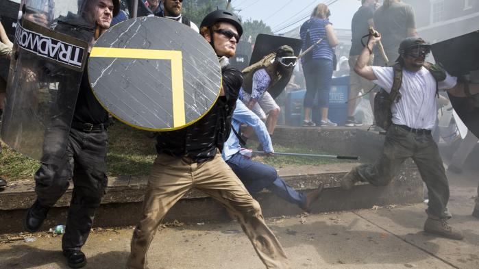 Voldelig modstand rummer i USA særlige faremomenter, fordi nogle stater tillader deres borgere at bære håndvåben. I Charlottesville kunne man se et stort antal hvide nationalister paradere gennem gaderne i camouflageuniform og med halvautomatiske stormgeværer over skulderen.