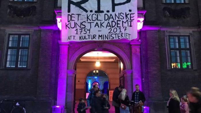 Det Kongelige Danske Kunstakademis Billedkunstskolerer én af i alt 10 kunstneriske uddannelser som en ny rapport bestilt af Kulturministeriet anbefaler at slå sammen til en samlet institution for de kunstneriske uddannelser.