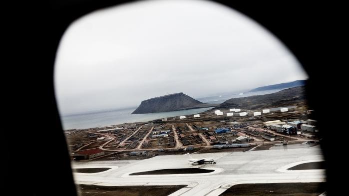 Sagen drejer sig om oprydning efter 32 amerikanske militærinstallationer i Øst- og Vestgrønland. De fleste blev nedlagt, da Den Kolde rig ophørte, mens Thule Air Base stadig er i drift.