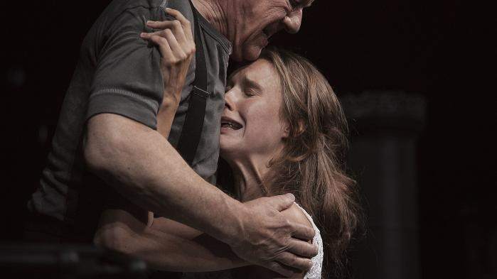 Instruktør Staffan Valdemar Holm og scenograf Bente Lykke Møller viser, at det er muligt at forgribe sig på Strindbergs klassiker og få noget aldeles nyt ud af stykket: Forførelsen bliver til fortabelse.