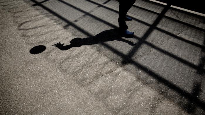 Når helt unge bliver straffet, tager de ofte identiteten som kriminel på sig. De opsøger kriminelle fællesskaber, for nu har de fået at vide, at det er der, de hører til. De bliver hevet væk fra skolen og møder måske andre unge, der har samme problemer, siger Tea Torbenfeldt Bengtsson, seniorforsker ved VIVE.