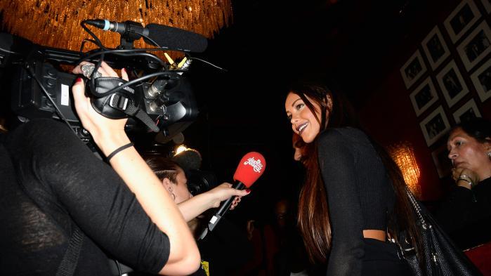 30 sekunder før Océane kastede sig ud fra perronen, bemærkede en af dem, der fulgte live-udsendelsen, at 'tæt på ligner hun Nabilla' – Frankrigs killingeagtige reality-tv-superstar. Fem år ældre end Océane brød hun igennem til offentligheden i et tv-show kaldet kaldet Reality TV Angels og skulle siden vise sig som den slags skabning, der syntes at besidde ét eneste talent: at brede sig viralt – faire le buzz, som franskmændene siger