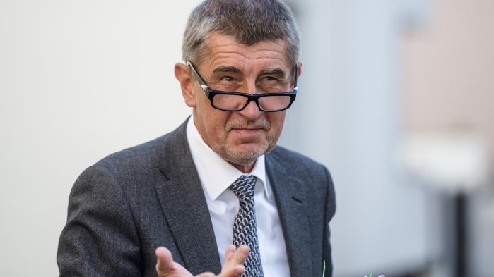 Andrej Babišblev udnævnt som finansminister, men blev i maj fyret fra posten på grund af alvorlige anklager om korruption.I september blev hans parlamentariske immunitet ophævet, så han kan retsforfølges blandt andet for misbrug af EU-midler, men det tager Babiš højst sandsynligt ikke så tungt. Straffesagen er nemlig først gået i gang nu, og den når ikke at blive afsluttet, før han bliver genvalgt og derved genvinder sin parlamentariske immunitet.