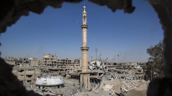 Raqqa i det nordlige Syrien var Islamisk Stats sidste urbane støttepunkt efter irakiske styrkers erobring af Mosul, og fungerede som kalifatets kommando- og propagandacenter.Tilbage er 6-7.000 militante forskanset i Eufratdalens militærlejre og landsbyer, men det er kun et spørgsmål om tid, før de sidste IS-støttepunkter er nedkæmpet.