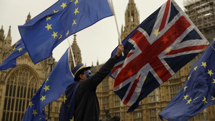 EU-tilhængere demonstrerer uden for det britiske parlament. Indtil nu har EU optrådt rimelig enigt og håndfast over for briterne i forhandlingerne om et exit, men enigheden er måske ikke så komplet længere.