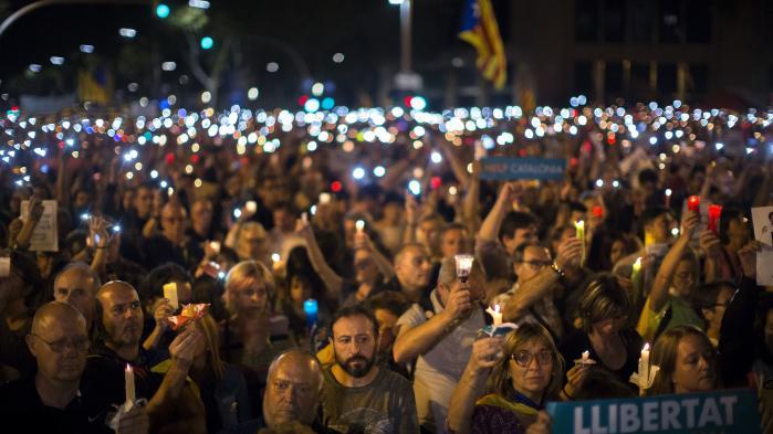 To af løsrivelsesbevægelsens ledere er blevet arresteret. Der er igen politiske fanger i Spanien, og der er igen protester i Barcelonas gader. Thomas Boberg har besøgt dem.