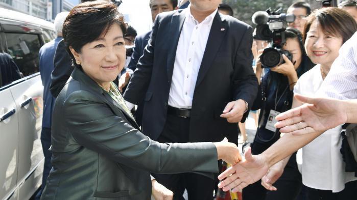 Yuriko Koike var indtil sidste år partifælle med premierminister Abe, men stiller nu op for Håbets Parti . I løbet af valgkampen har hun forsøgt at vride armen om på Abe for blandt andet at sikre bedre forhold for arbejdende kvinder, der har svært ved at få familieliv og arbejdsliv til at hænge sammen.