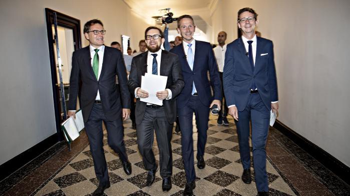 Erhvervsminister Brian Mikkelsen (K), økonomi- og indenrigsminister Simon Emil Ammitzbøl (LA),finansminister Kristian Jensen (V) samt skatteminister Karsten Lauritzen (V) kan smile hele vejen til banken.